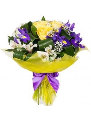 Букет цветов из белой альстромерии, синих ирисов, желтых роз, гипсофилы и декоративной зелени с доставкой по Киеву.