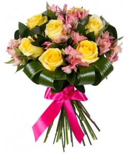 Букет цветов из розовой альстромерии (экстра класс, 5 веток), желтых роз (экстра класс,7 штук) и зелени с доставкой по Киеву.
