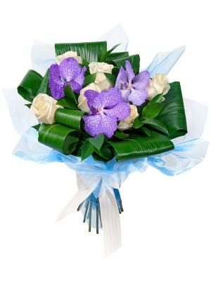 Букет цветов из синей орхидеи Ванда (экстра класс, 3 штуки), белых роз (экстра класс,7 штук) и зелени с доставкой по Киеву.