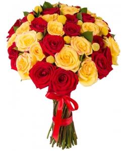 Букет цветов из желтых и красных роз (экстра класс, 39 штук, 70 сантиметров), желтой краспедии и зелени с доставкой по Киеву.