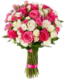 Букет цветов из белых и розовых роз (17 штук), белых и розовых кустовых роз (19 веток) и декоративной зелени с доставкой.