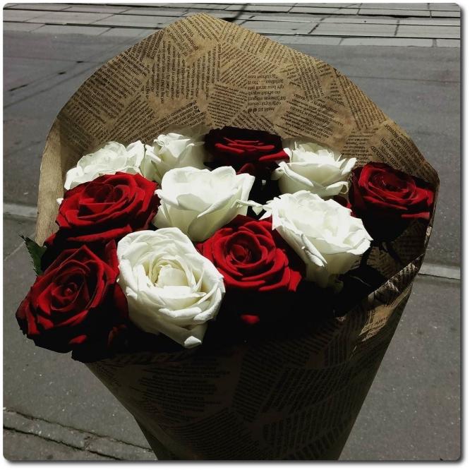 Превосходные белые и красные розы (экстра класс, 11 штук) с доставкой по Киеву.