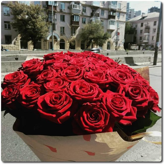Очаровывающий букет из 35 красных роз с доставкой по Киеву.