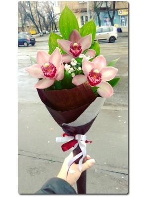 Оригинальный букет на удлиненной ручке из превосходной орхидеи, гипсофилы и рускуса с доставкой по Киеву.