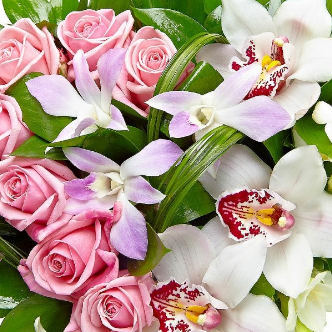 Свадебный букет невесты из розовых роз, белых орхидеи и фрезии, рускуса, а также орхидеи