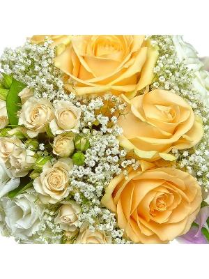 Свадебный букет невесты из кремовых роз, белой и розовой орхидеи, рускуса, гипсофилы и белого лизиантуса №23