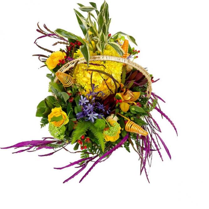 Букет-корзина из желтой хризантемы, кремовых и желтых роз, красной альстромерии, гравелия и орхидеи №68