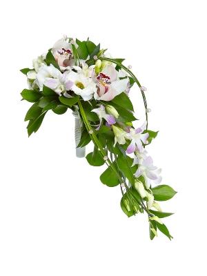Свадебный букет невесты из белой и розовой орхидеи, рускуса, белой фрезии, берграсса и белого лизиантуса (эустома) №25