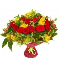 Букет цветов из красных роз, темно-желтого подсолнуха, желтой орхидеи и красного гиперикума №26 с доставкой.