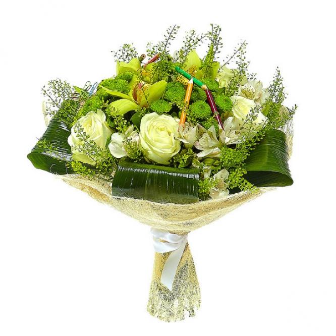 Букет цветов из зеленой хризантемы, белых роз, зеленой орхидеи, теласпий и белой альстромерии №39 с доставкой.