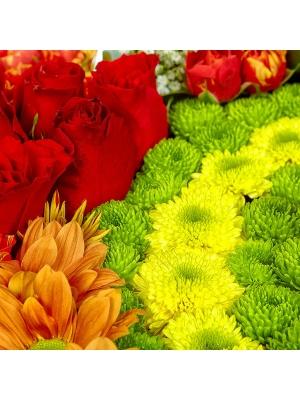 Букет-композиция из желтой, зеленой и рыжей хризантемы, красных роз и зеленой и желтой орхидеи №70