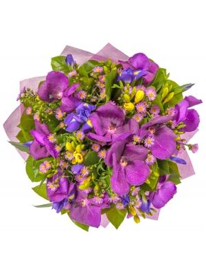 """Букет цветов из фиолетовой орхидеи """"Ванда"""", желтой фрезии, салала и синих ирисов №52 с доставкой."""
