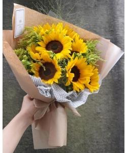 Букет цветов из оранжевых подсолнухов (9 штук, экстра класс) и декоративной зелени с доставкой по Киеву.