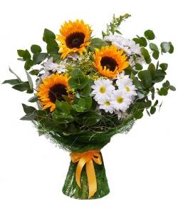 Букет цветов из оранжевых подсолнухов (3 штуки, экстра класс), белой хризантемы и декоративной зелени с доставкой по Киеву.