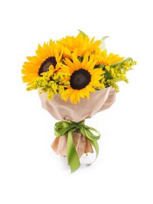 Букет цветов из оранжевых подсолнухов (5 штук, экстра класс) и декоративной зелени с доставкой.