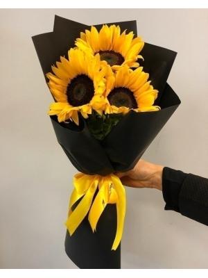 Букет цветов из оранжевых подсолнухов (3 штуки, экстра класс) с доставкой по Киеву.