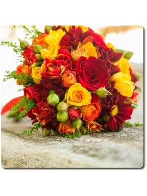 Букет цветов из красных и желтых роз, желтой фрезии, красной хризантемы и красно-желтых кустовых роз с доставкой по Киеву.