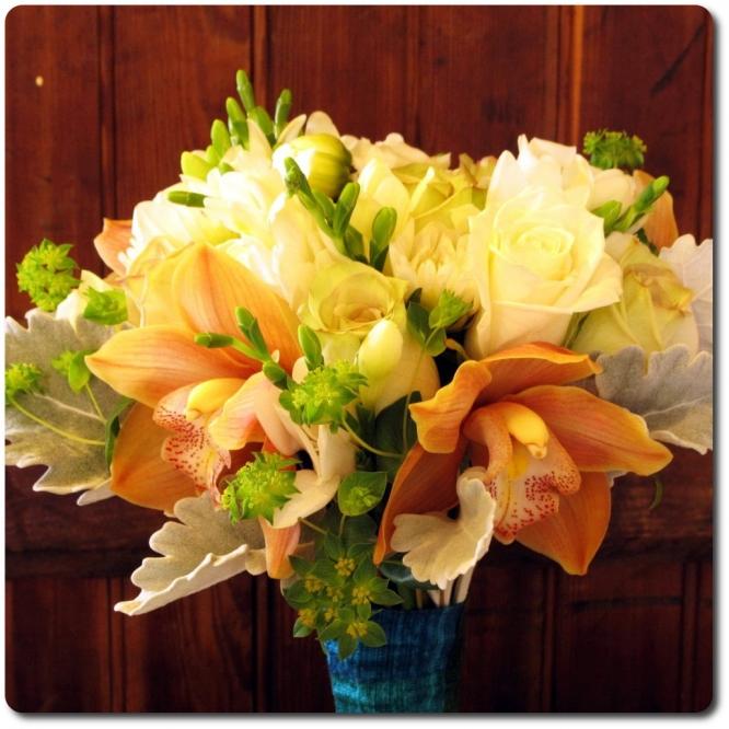 Букет цветов из цветной фрезии, белых роз, декоративной зелени и рыжей орхидеи Цимбидиум с доставкой по Киеву.