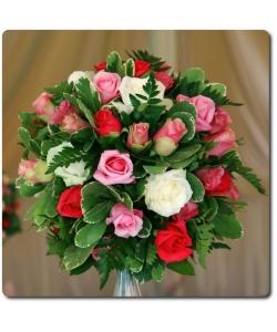 Букет цветов из разноцветных роз, папоротника и декоративной зелени с доставкой по Киеву.