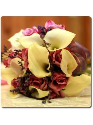 Букет цветов из светло желтой каллы, бледно-розовых роз и статицы с доставкой по Киеву.
