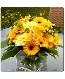 Букет цветов из желтых герберы, фрезии и каллы, а также зеленой и желтой хризантемой с доставкой по Киеву.