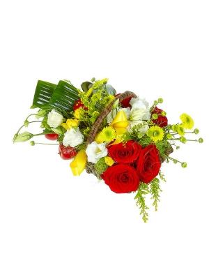 Букет-корзина из красных и желтых роз, аспидистры, белого лизиантуса, солидаго и желтой хризантемы №79