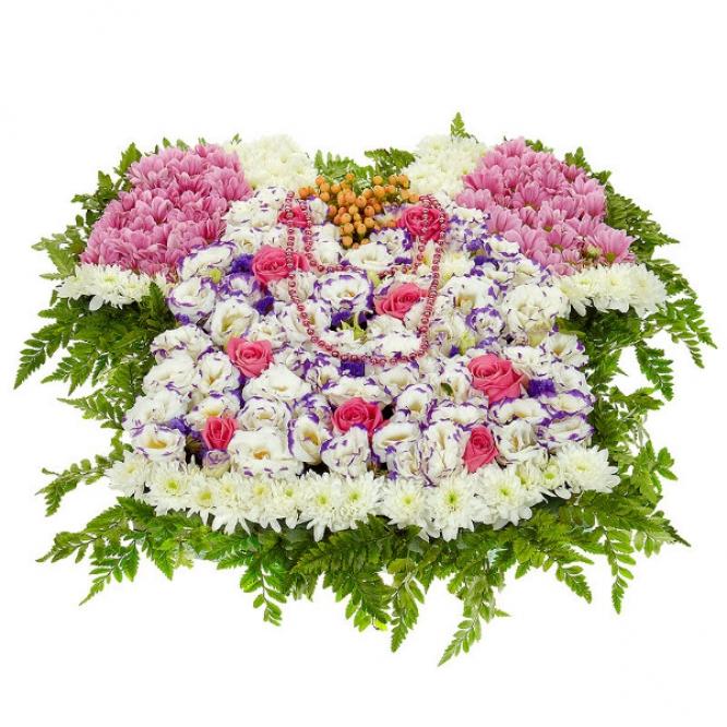 Букет-композиция из розовых роз, голубого лизиантуса, гиперикума и белой и розовой хризантемы №80