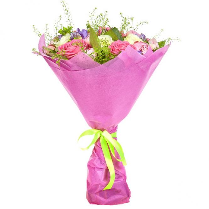 Букет цветов из розовых и белых роз, салала, теласпий, розовых пионов и голубой фрезии №27 с доставкой.