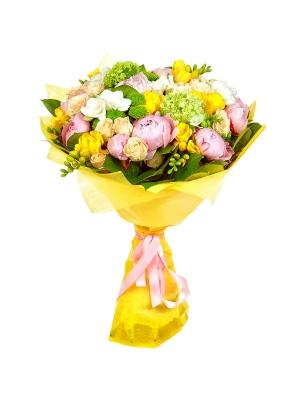 Букет цветов из кремовых роз, зеленой хризантемы, белой и желтой фрезии, салала, вибурнумы и пионов №28 с доставкой.