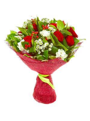 Букет цветов из красных роз, белой хризантемы, красного гиперикума, аспидистр, салала и белой фрезии №29 с доставкой.