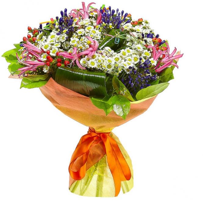 Букет цветов из белой хризантемы, нерине, ромашки, красного гиперикума, аспидистры и синего агапантуса №34 с доставкой.