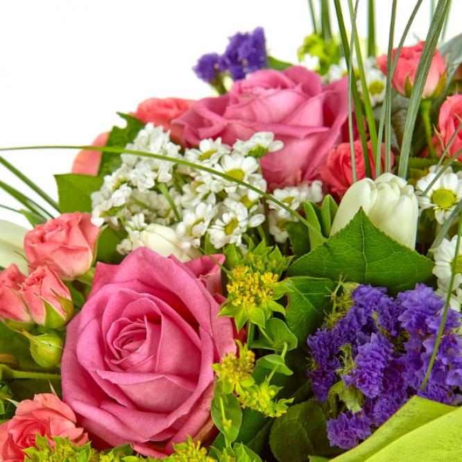 Букет цветов из розовых роз, белой хризантемы, тюльпанов, берграсса, салала, буплерумы и статицы №36 с доставкой.
