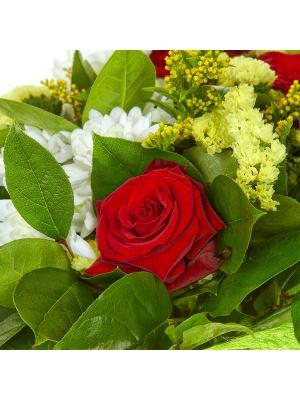 Букет цветов из красных роз, белой кустовой хризантемы, солидаго, салала и статицы №37 с доставкой.