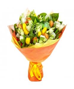 Букет цветов из разноцветных тюльпанов, белого лизиантуса и салала №8 с доставкой.