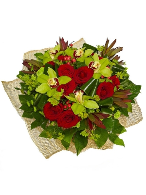 Букет цветов из красных роз, зеленой орхидеи, леукодендрона, гиперикума, аспидистры и хризантемы №38 с доставкой.