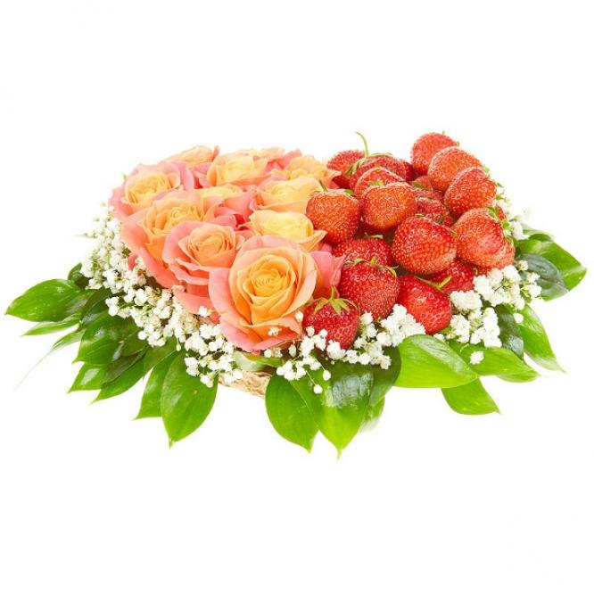 Букет-сердце из кремовых роз, рускуса, гипсофилы и клубники №90