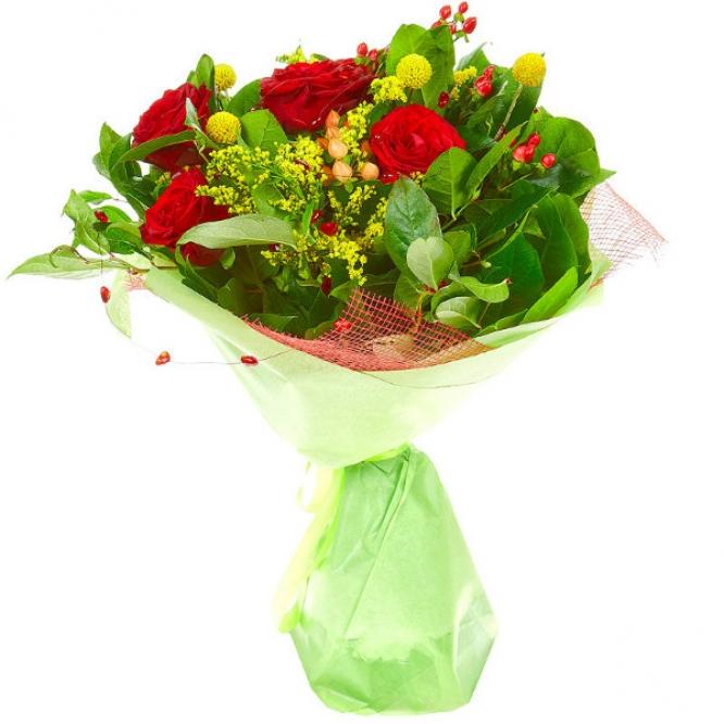 Букет цветов из красных роз, желтой краспедии, солидаго, салала и красного гиперикума №40 с доставкой.
