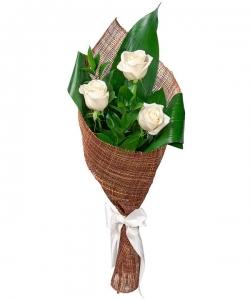 Букет цветов из белых роз, рускуса и аспидистры №44 с доставкой.