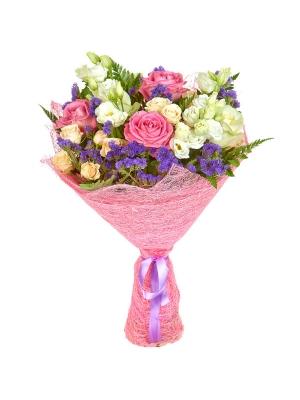 Букет цветов из розовых, белых и кремовых роз, салала, статицы, папоротника и белого лизиантуса №12 с доставкой.