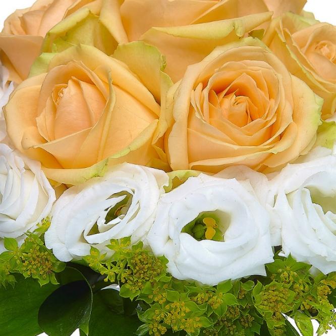 Свадебный букет невесты из кремовых роз, буплерумы, рускуса и белого лизиантуса №13