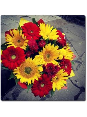 Букет цветов из подсолнухов, герберы и декоративной зелени с доставкой по Киеву.
