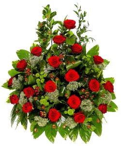 Букет цветов из красных роз, белого трахелиума, пестрой аралии и зеленой хризантемы №3 с доставкой.