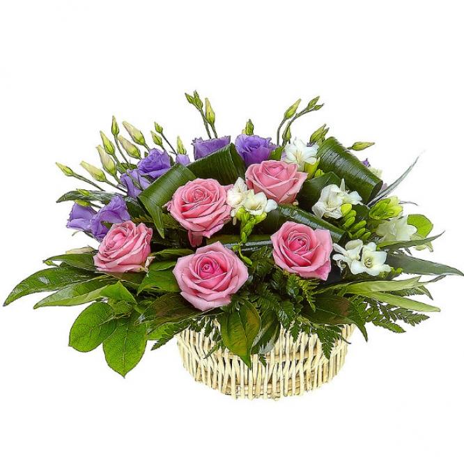 Букет-корзина из розовых роз, голубого лизиантуса и белой фрезии №16