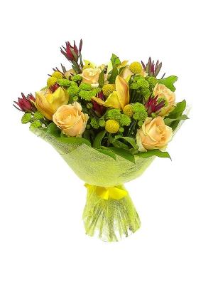 Букет цветов из зеленой хризантемы, кремовых роз и желтой орхидеи №30 с доставкой.
