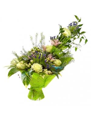 Букет цветов из белых и кремовых роз, розовой орхидеи и синего агапантуса №33 с доставкой.