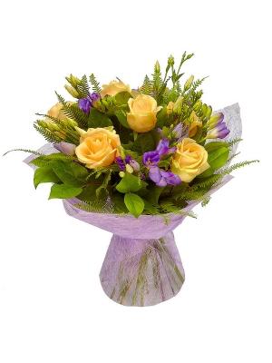 Букет цветов из кремовых роз и голубой фрезии №25 с доставкой.