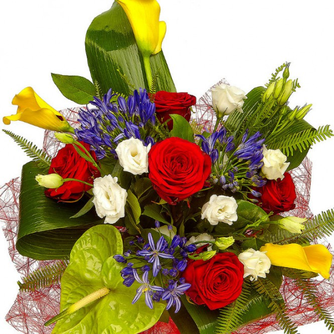 Букет цветов из желтой каллы, красных роз, белого лизиантуса и синего агапантуса №28 с доставкой.