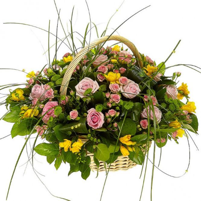 Букет-корзина из розовых роз, зеленой хризантемы и желтой фрезии №20