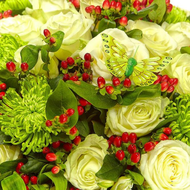 Букет цветов из зеленой хризантемы, белых альстромерии и роз и гиперикума №34 с доставкой.