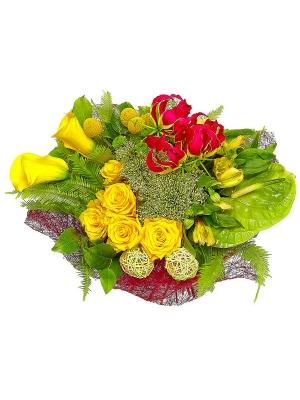 Букет цветов из желтых альстромерий, роз и калл, а также зеленой хризантемы №40 с доставкой.